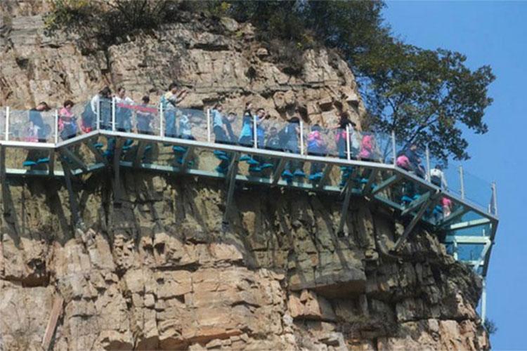پل شیشه ای Yuntai چین زیر پای عابران شکست