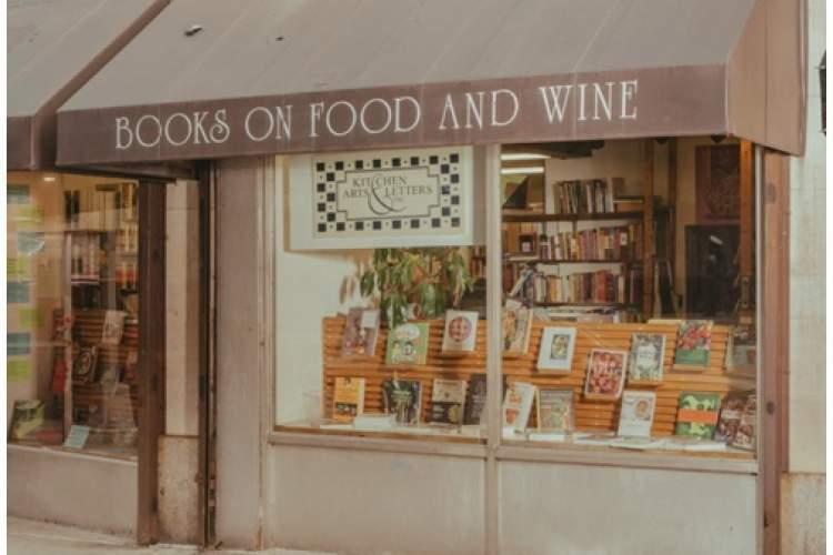 در این کتابفروشی تنها یک نوع کتاب پیدا می گردد!