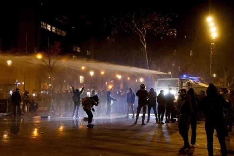 پلیس فرانسه برای متفرق کردن معترضان از گاز اشک آور استفاده کرد