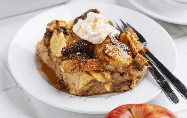 طرز تهیه فرنچ تست سیب و دارچین در فر؛ یک صبحانه خوش عطر و طعم